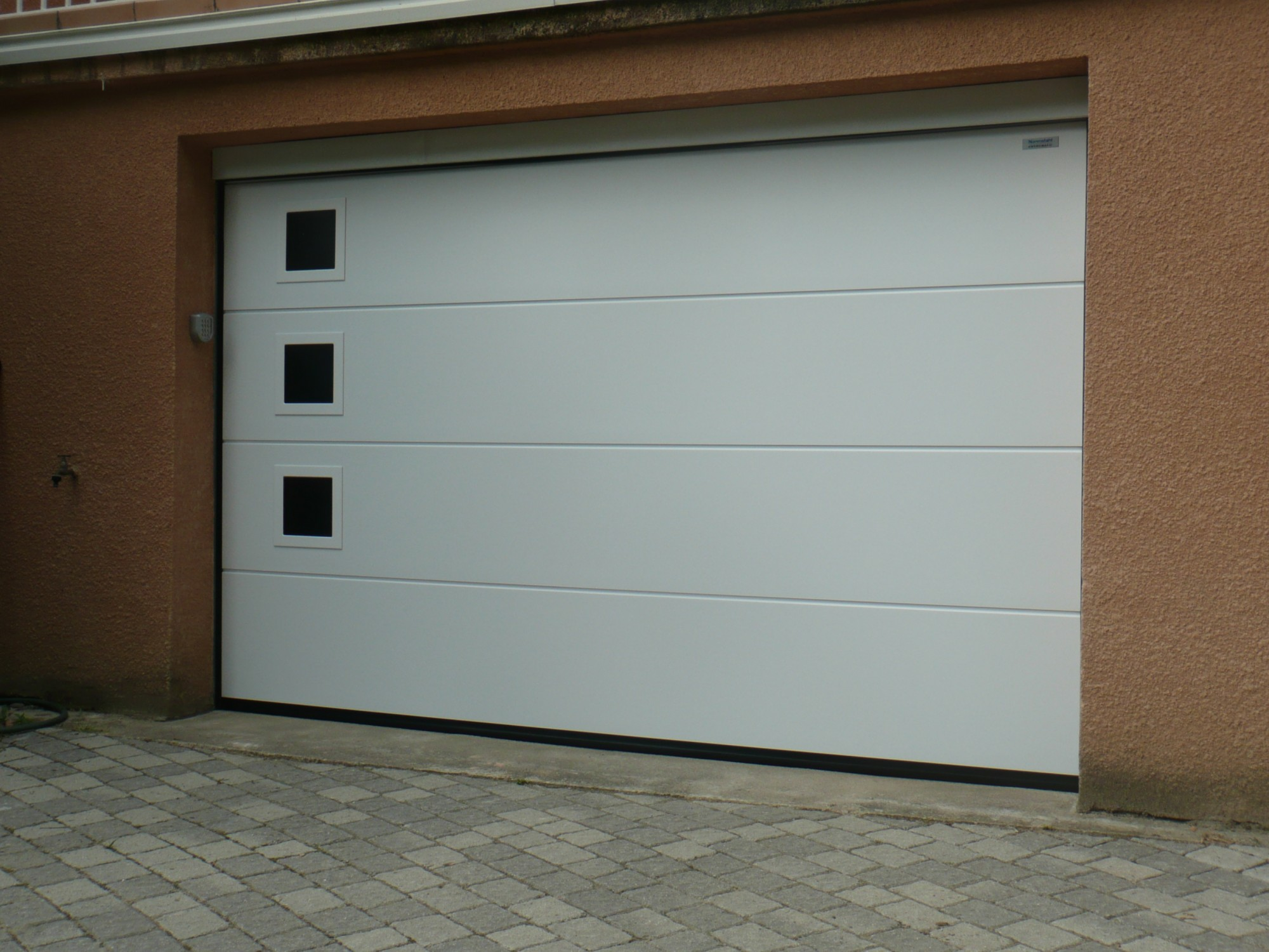 Porte de garage sectionnelle sur mesure trevoux acces for Porte de garage sur mesure castorama